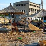 Fabrication des paillotes de plage