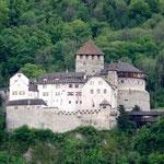 Niché dans la verdure, le château de Vaduz (Liechtenstein)
