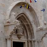 Korčula: portail central de la cathédrale St-Marc
