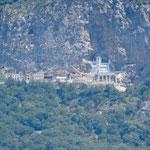 Le monastère d'Ostrog vu de loin