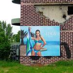 Sarajevo: contraste entre les bâtiments mutilés et la publicité qui reprend malgré tout