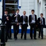 Les élèves portent tous un uniforme, garçons...
