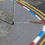 Dans Londonderry les bordures sont peintes en bleu-blanc-rouge, en rappel de l'Union Jack, drapeau du Royaume-Uni