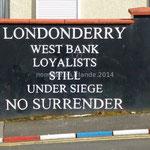 """Inscription dans Londonderry, côté loyaliste: """"Londonderry rive ouest-Loyalistes toujours assiégés-Pas de reddition"""""""
