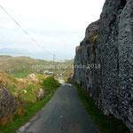 La route passe au ras de falaises