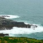 La mer se brise sur les rochers