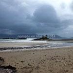 La plage de Ballinskelligs avec son prieuré au loin.
