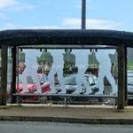 Une barque retournée portée par 4 marins sert d'abri-bus à Dingle