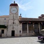 Trogir: ancien tribunal et tour de l'horloge