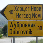 Les panneaux indicateurs sont écrits en alphabet romain et en alphabet cyrillique