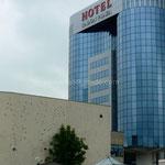 Sarajevo: Hôtel Radon Plazza, à côté d'un bâtiment encore criblé d'impacts.
