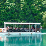 Un petit bateau électrique nous fait traverser le lac principal