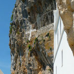 détail d'une croix peinte à même le rocher