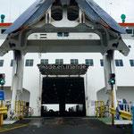 Le ferry semble prêt à nous engloutir dans ses entrailles
