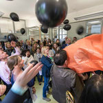 Schwarze Luftballons symbolisierten schlechtes Karma.