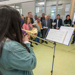 Ein Projektchor von Mitarbeiterinnen und Mitarbeiter begleitete Andacht und Eröffnung des Tages der offenen Tür.