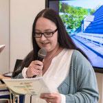 Mitarbeiterin Tanja Weiß-Fenner lädt zum Rundgang ein