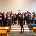 """Der Chor des Café """"Hand in Hand"""". Ein gemeinsames Projekt des DW und der Altzheimer Gesellschaft in Holzhausen/Hünstein unter Leitung von Diana Gillmann-Kamm"""