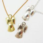 Engelchen in 750/- Gelbgold  (238,- € ohne Kette), 750/- Weißgold mit Brillant (248,- €) sowie 925/- Silber (78,- € ohne Kette).