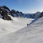 Peter im Aufstieg am Glacier des Barres zum Schidepot, im Hintergrund der flache Glacier Blanc.