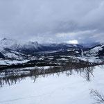 erste Lichtblicke des Tages geben die Sicht frei auf einen Fjord.