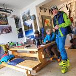 Im Bergführerbüro von Sverre beim Nachbearbeiten der wenigen Fotos vom ersten Gipfelgang.