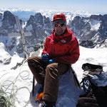 Peter am Gipfel des Barre des Ecrins auf 4102hm - hinter ihm im Süden von links beginnend zuerst der Mont Pelvoux, dann der Pic Sans Nom und rechts von Peter der Ailefroide.