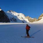 Die ersten Sonnenstrahlen beleuchten das Gipfelziel, den Barre des Ecrins, der felsige Grat in Bildmitte, rechts davon, die weiße Schneekuppe, ist der Dome du Neige (4015hm), für die meisten das Winterziel in dieser Berggruppe.