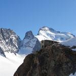Das Refuge des Ecrins auf 3170hm mit dem Gipfelziel, dem Barre des Ecrins im Hintergrund.