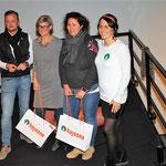 Reinhard Schweiger und Sylvia Gutkauf präsentierten Produkte der Firma hajoona und verlosten auch einiges davon - hier nehmen sie die glücklichen Gewinner der Verlosung in die Mitte.