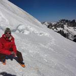 Peter am Schidepot - rechts hinten sieht man das Felsmassiv der Meije, einer der schwierigsten Hochgipfel der Alpen - natürlich kein Schiberg ;-)