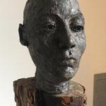 Wächter 2 -Ton gebrannt mit Bronze-Patina auf geöltem Holz,  - Höhe ca. 100 cm (2019)