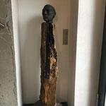 Wächter 1 -Ton gebrannt mit Bronze-Patina auf geöltem Holz,  - Höhe ca. 100 cm (2019)