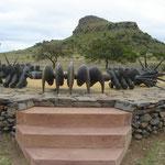 Il moderno monumento eretto in onore dei caduti zulu della battaglia.