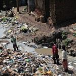 Bambini di Kibera in un canale di scolo.