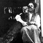"""karen col suo cane """"Pania"""" (venuto con lei dalla Danimarca) sul gradino di casa in Kenya."""
