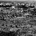 Kibera slum, con i grattacieli del centro della città alle spalle.
