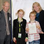 Catrin und Jannik mit Martin Verg und Hannelore Kraft.