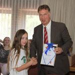 Bürgermeister Gerd-Christian Wagner verteilte die Urkunden an die Grundschulen