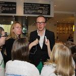 Tim Mittelstaedt steht den Schülerflöhen Rede und Antwort