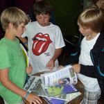 Jannik gemeinsam mit Kindern von anderen Schülerzeitungen