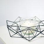 Ein großer Himmeli-Kranz aus Carbon als minimalistischer Tischschmuck. © my himmeli