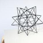 """Das Himmeli """"monrovian star"""" ist ein Stern, der sowohl als Tischdekoration wie auch hängend fasziniert. © my himmeli"""