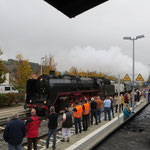 Großer Bahnhof in Alsenz, 01 118 aus Frankfurt überholt ihre Schwesterlok