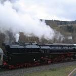 Zugbegegnung auf der Strecke, 01 509 bringt ihren Regionalexpress nach Trier, während 52 8134 gerade nach Ulmen aufbricht