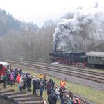 Ausfahrt der 52 8134 mit ihrem Zug nach Ulmen
