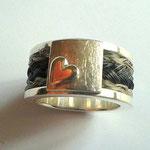 [No. 2] Breiter Ring mit Herz in Silber.  Preis ca. 200€