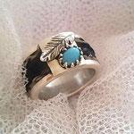 [No. 4] Breiter Ring mit Türkis und handgearbeiteter Feder in Silber. Preis ca. 250€