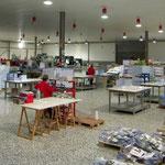 Vista parcial del taller. Zona de envarillado y cosido de los calendarios.