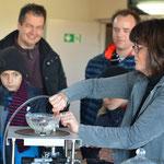 Fr. Jeibmann erklärt und führt einen Physikexperiment durch